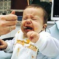 bebe-comiendo-papilla-y-llorando